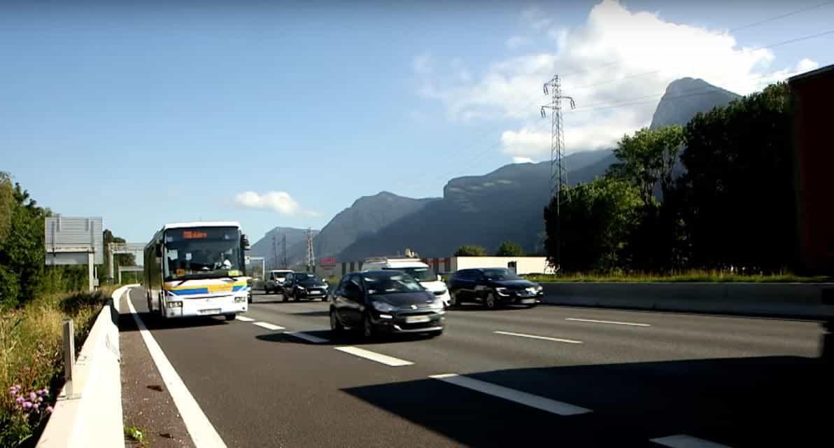 A48 Grenoble - La bande d'arrêt d'urgence empruntée par les cars en forte affluence.